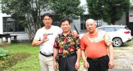 中华产品网唐国宣一行采访全州县大西江电力公司文志远