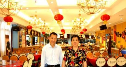 中华产品网唐国宣采访全州县小食候湘店总经理张贻明